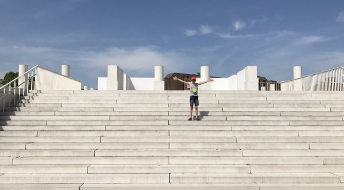 Op de trappen van de Romeinse Tempel in Tongeren